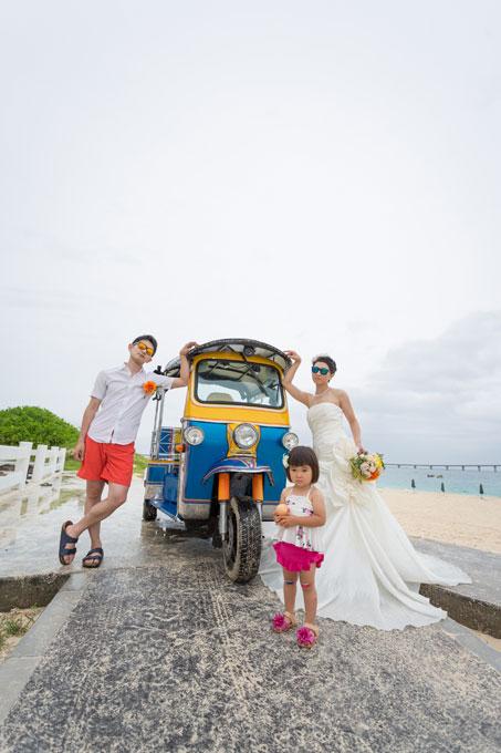 与那覇前浜にて、トゥクトゥクの前で集合写真