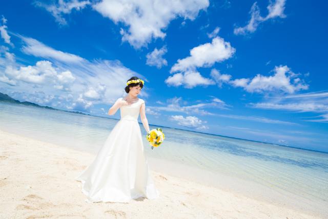 沖縄フォトウェディング先輩花嫁の袖有りAラインドレス