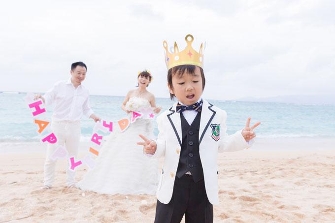 沖縄のビーチフォトウェディング。主役は・・・子ども?