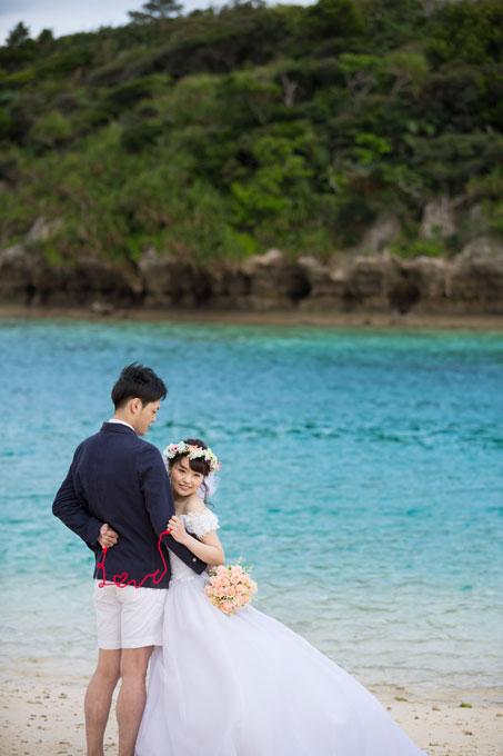 すぐ近くに島を望む川平湾の海は深い青色に
