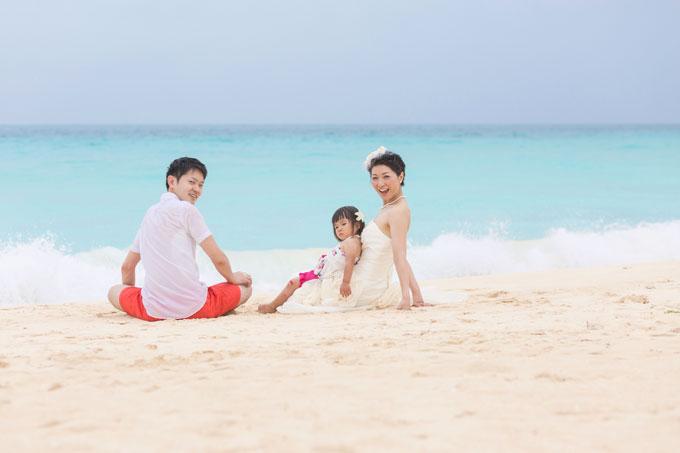 与那覇前浜ビーチでは、雨でも水の色が青く美しい海が広が見られます