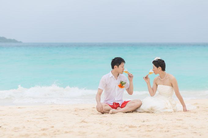 宮古島のビーチで乾杯。波が来ても平気!