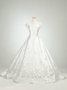チャペルでのフォトウェディングも撮影できるロングとレーンのウェディングドレス