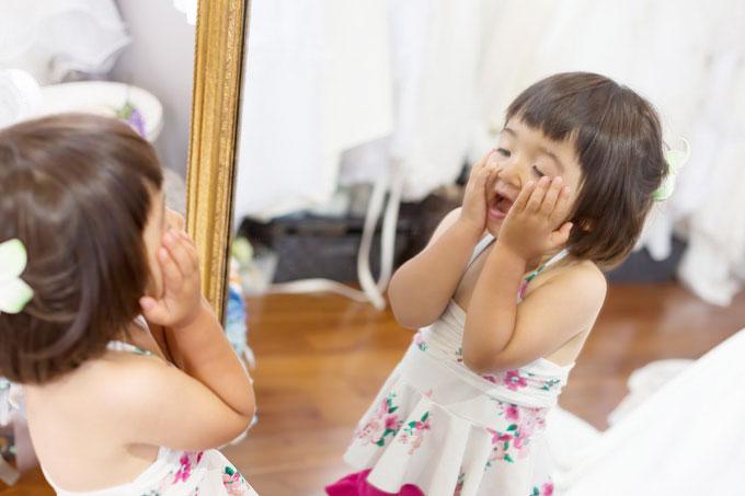 沖縄フォトウェディングの準備。お母さんのメイク中、子どもは鏡の前でにらめっこ