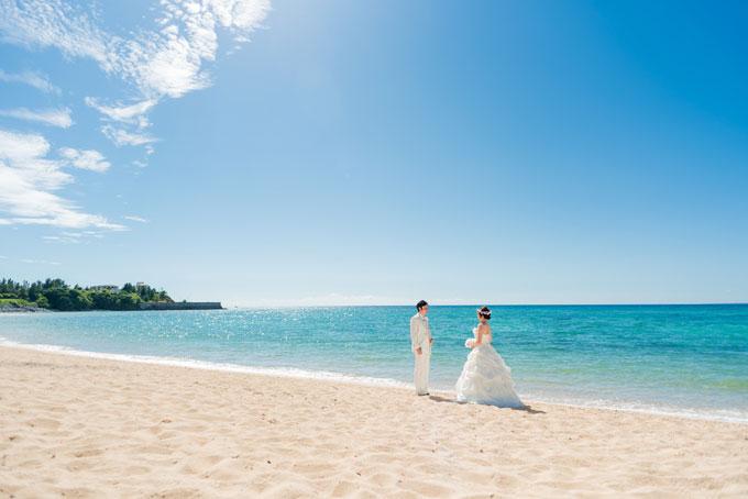エメラルドグリーンの海が広がる沖縄のビーチでフォトウェディング
