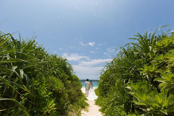 与那覇前浜ビーチの手前にあるグリーンを活用して、フォトウェディングをさらに楽しくしましょう