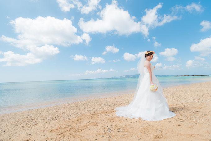 沖縄の海をバックに花嫁のソロショット