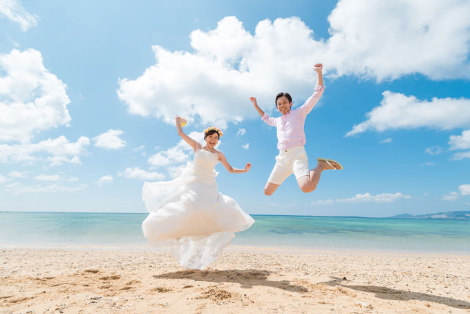 沖縄のビーチで思い切りジャンプ!