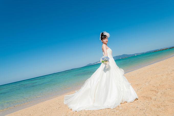 雲ひとつない沖縄の青空の下で爽やかビーチフォトウェディング