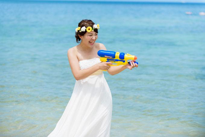 水鉄砲を持ったカットはもはや沖縄ビーチフォトウェディングの定番