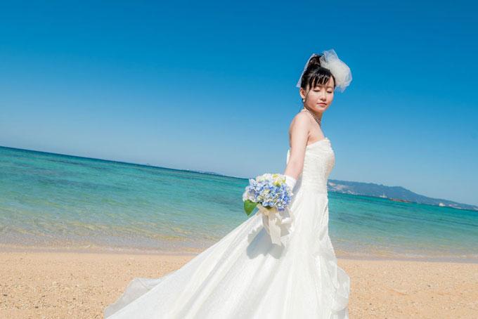 沖縄のビーチフォトウェディングには花嫁のソロショットも必須