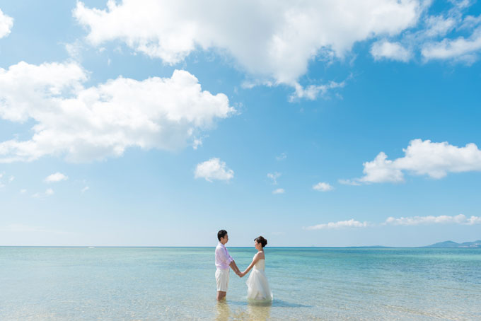 沖縄ならではの青に包まれるウェディングフォト