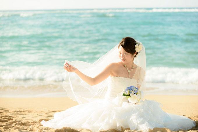 沖縄のビーチに座って臨場感のあるフォトウェディング