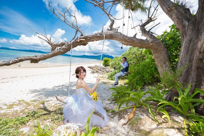 石垣島、タバガービーチのブランコに乗って楽しむウェディングフォト
