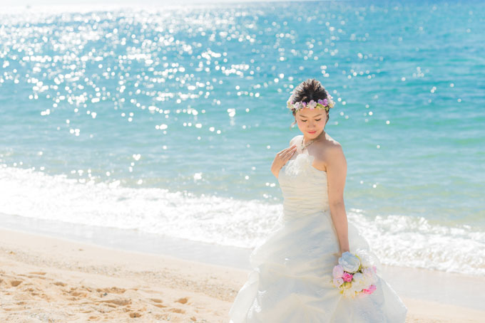 沖縄のエメラルドグリーンの海に宝石をこぼしたように水面がキラキラ輝く