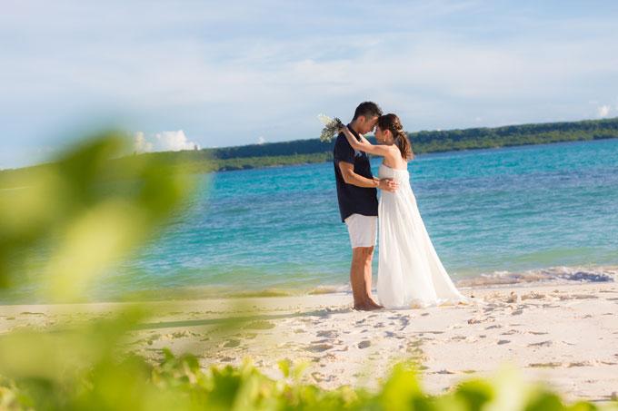 与那覇前浜ビーチと青い海にグリーンの彩りを加えて