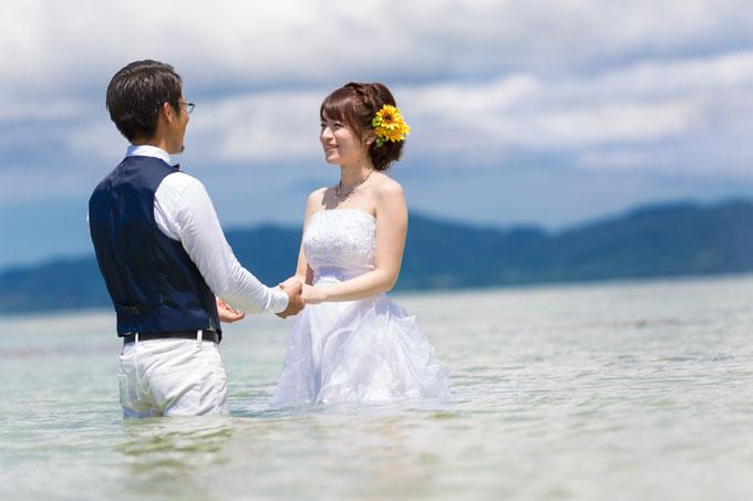 石垣島の海に足元まで浸かって・・・ドレス姿で見つめあうふたり