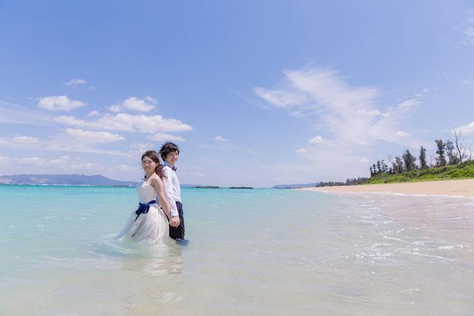 沖縄の海にドレスとタキシードで入って・・・