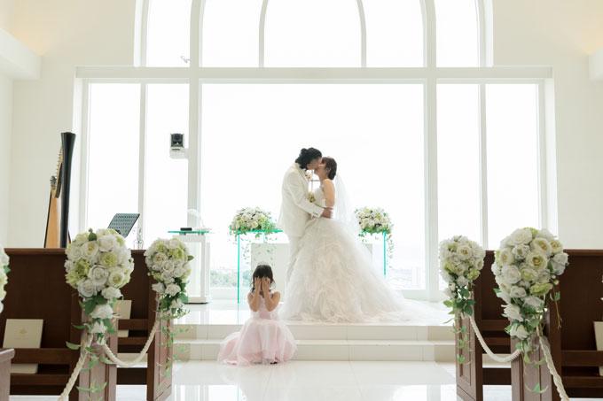 沖縄のチャペル「セントアンドリュース」で誓いのキス。その時、愛娘は・・・