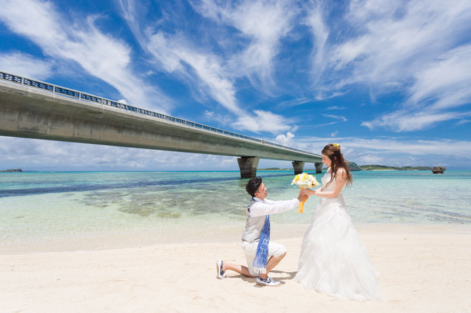 宮古島と池間島を結ぶ池間大橋の下のビーチで愛を誓う
