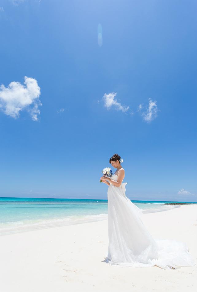 白い砂浜、海と空に島や橋。背景に入れるものが豊富にあるから、幅広い雰囲気のフォトウェディングが楽しめます