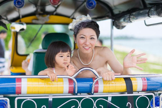 ママと一緒にトゥクトゥクに乗ってフォトウェディング