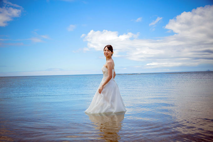 沖縄の海にドレスのまま入れるフォトウェディングも人気