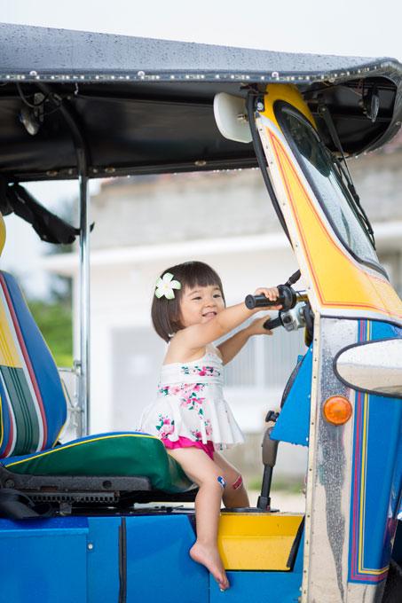 子どもは気がつけばトゥクトゥクの運転席で興味津々