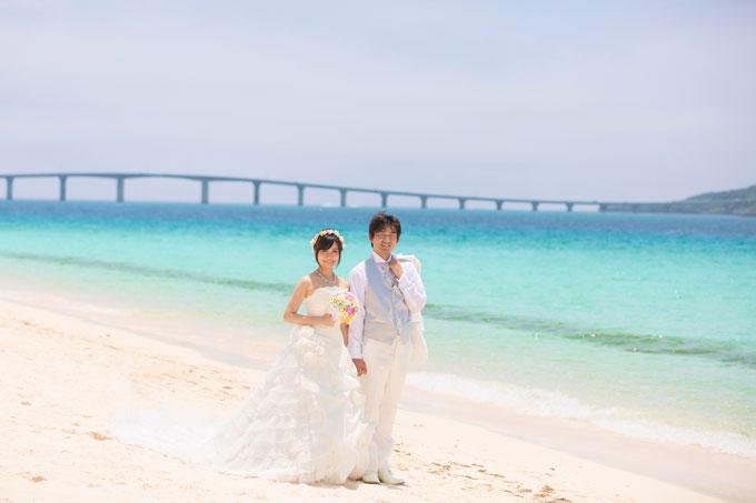 与那覇前浜ビーチで宮古島と来間島を結ぶ来間大橋をバックにフォトウェディング