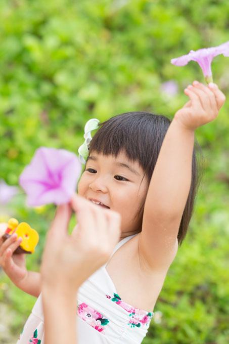 子どもは沖縄のキレイな花に興味津々