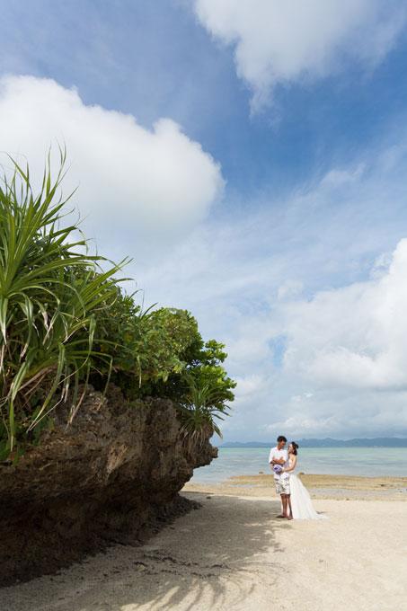 石垣島のビーチにある大きな岩の下に立って・・・