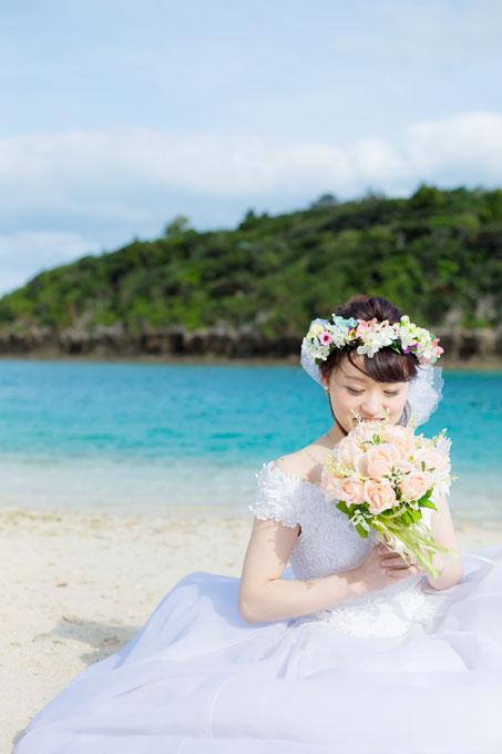 沖縄の名所、川平湾の多島美を座りしょっとで素敵に演出