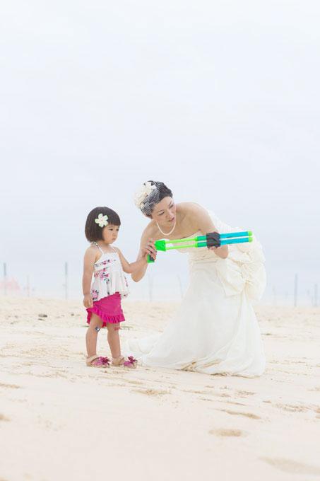 沖縄のビーチで水鉄砲を使っているオフショット