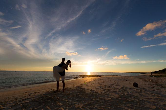 与那覇前浜ビーチを茜に染める宮古島の夕日が最高にキレイ