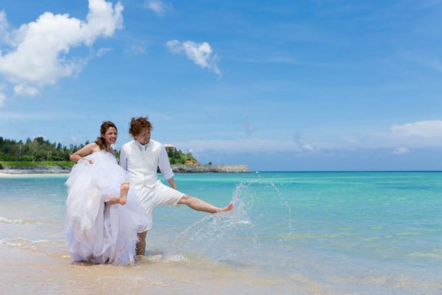 波打ち際でドレスが濡れることも気にせずお散歩ができる楽しいフォトウェディング