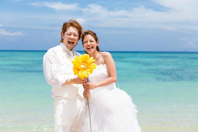 沖縄のビーチで笑顔全開の楽しいフォトウェディングが実現