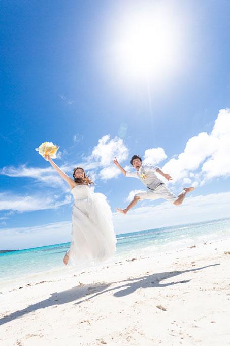 ドレスと同じぐらい白いビーチで思い切りフォトウェディングを楽しんで