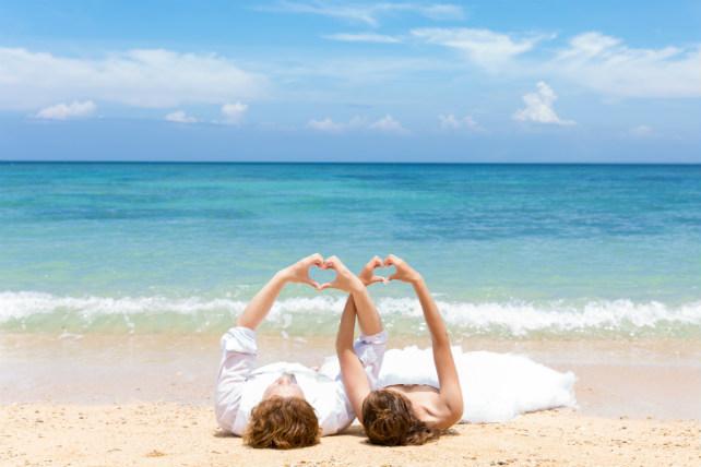 沖縄のビーチで寝転がってすべて青空になった爽やかな空間を堪能しながらフォトウェディングを撮影