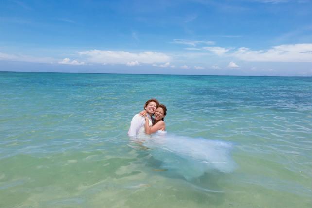 沖縄の海にとことん入る、トラッシュザドレスのフォトウェディング