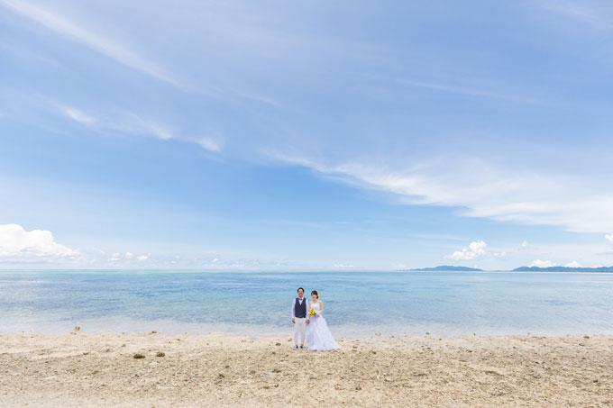 石垣島の海をバックにタバガービーチでフォトウェディング