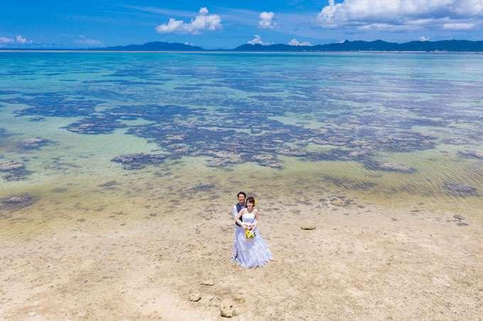 澄み渡った海とサンゴ礁が広がる石垣島のタバガービーチでのフォトウェディング