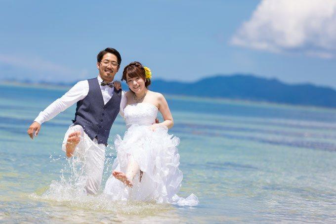 タバガービーチの波打ち際でふたりではしゃいでいる姿も素敵な絵になる
