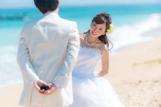 沖縄のビーチでプロポーズ。ちょっぴり緊張する彼と興味津々の花嫁
