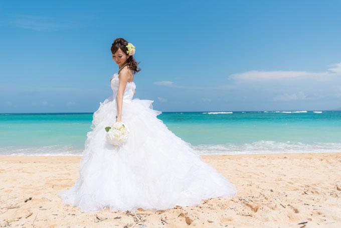 晴れ渡る空と海に包まれた沖縄のビーチにプリンセスドレスも素敵