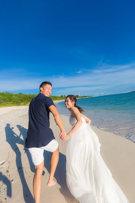 宮古ブルーに彩られた海と空に緑の色が美しいビーチフォトウェディング