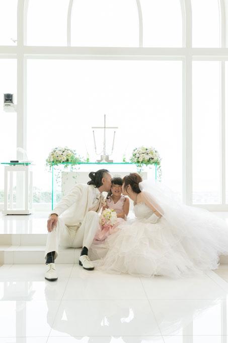 沖縄のセントアンドリュース・チャペル内、祭壇の前で子どもにも愛を誓う