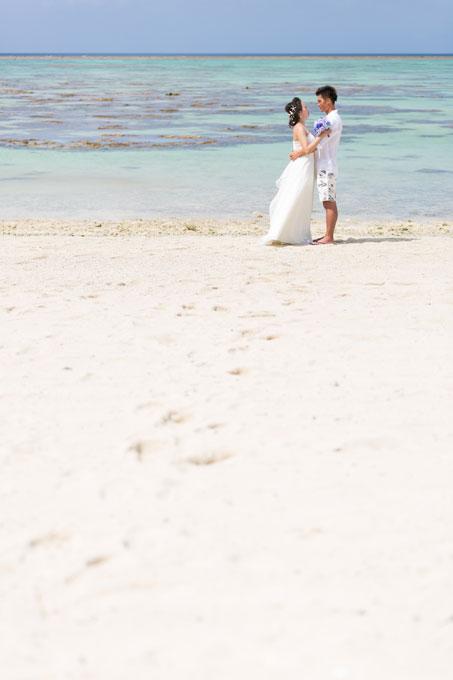 石垣島の白い砂浜にふたりの足跡が残るビーチフォトウェディング