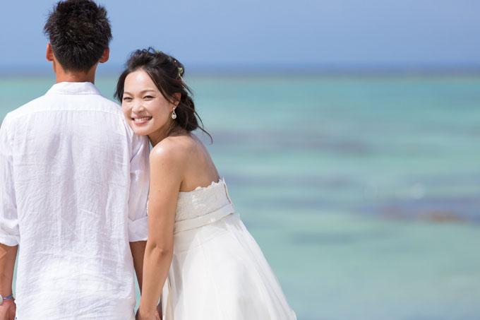 ふたり並んで花嫁だけが振り返るショット。決め手はやっぱり笑顔!
