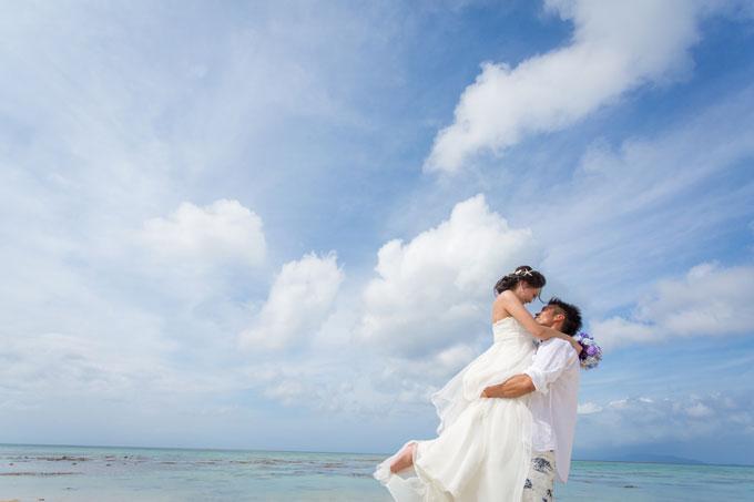 石垣島の空を見上げるように撮影した臨場感あふれる抱っこフォト