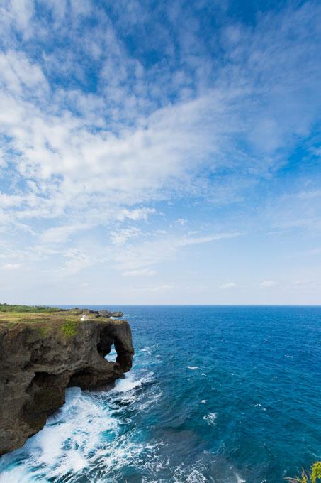 沖縄の空と海の境い目で、永久の愛を誓う